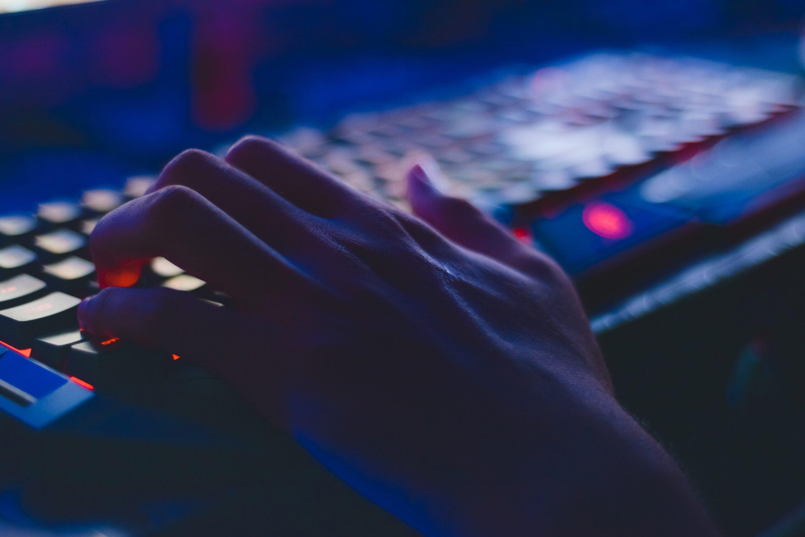 cyberbezpieczeństwo, haker, klawiatura