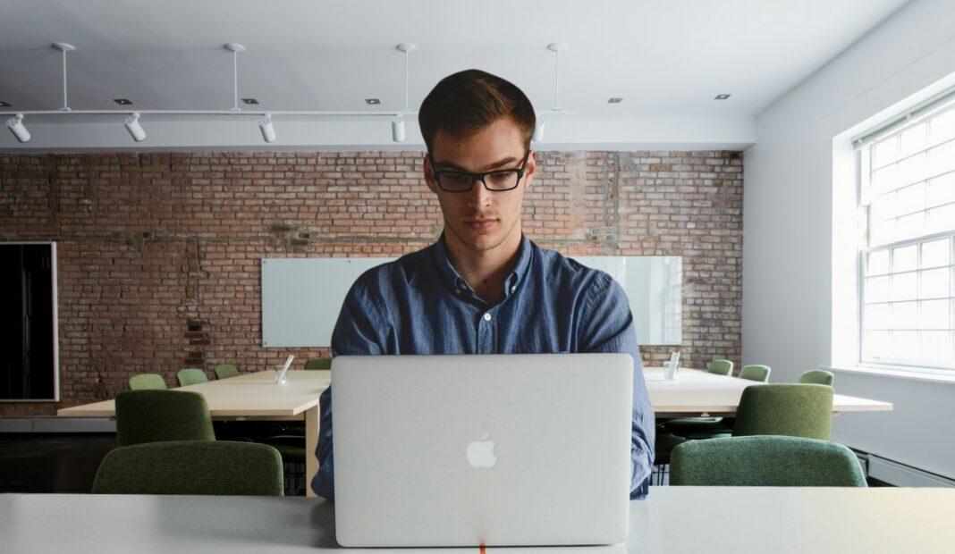 biznes, biuro, praca, informatyk, TSN, jednoosobowe firma, ey, kompetencje